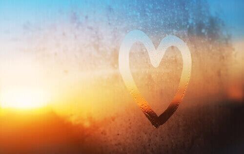 Hjerte tegnet i dugg på vindu