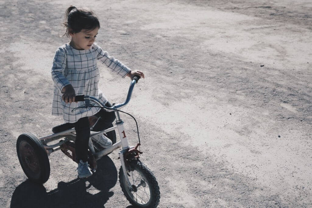 jente på trehjulssykkel, unngå barnefedme