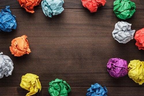 Kreativitet avbildet som fargerike papirballer.