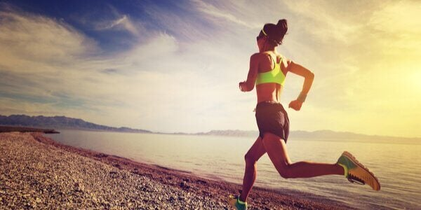 Kvinne løper ved vannet