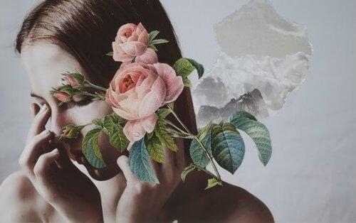 Kvinne med blomster foran ansiktet