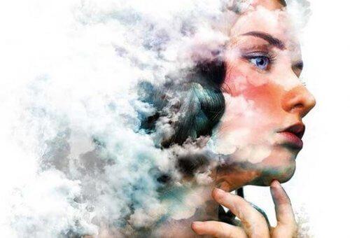 Kvinne med skyer