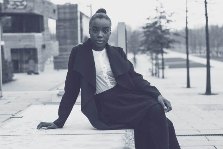 kvinne sitter på fortauet