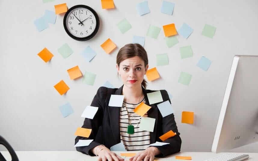 Stresset kvinne på jobb
