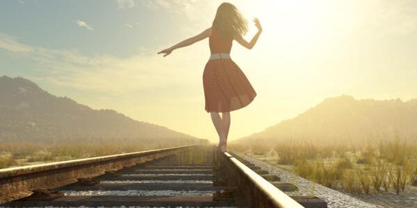 Jente går på togskinner
