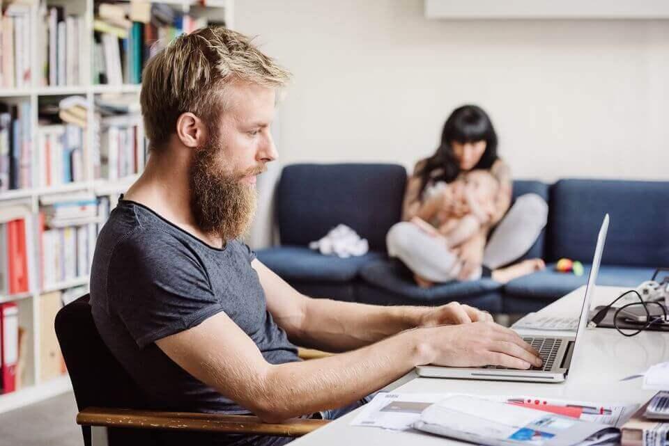 Mann jobber hjemme