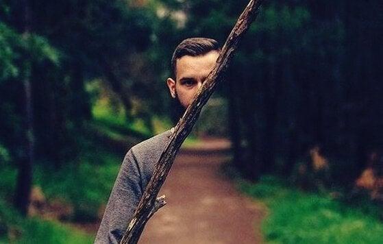 Mann i skogen
