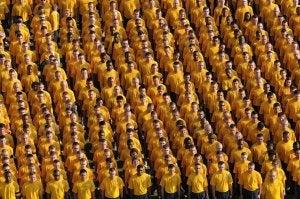 En gruppe menn med gule t-skjorter