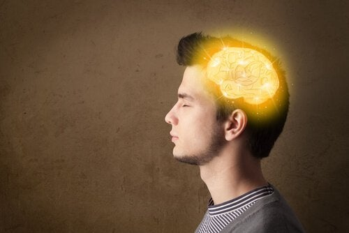 Hjerne som lyser i manns hode