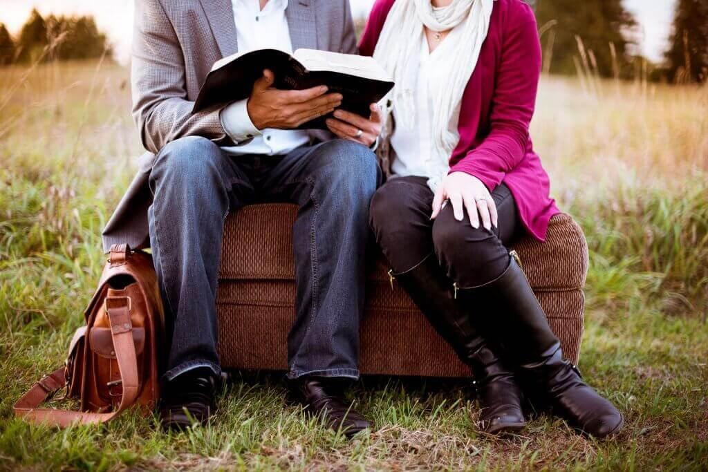 folk leser sammen