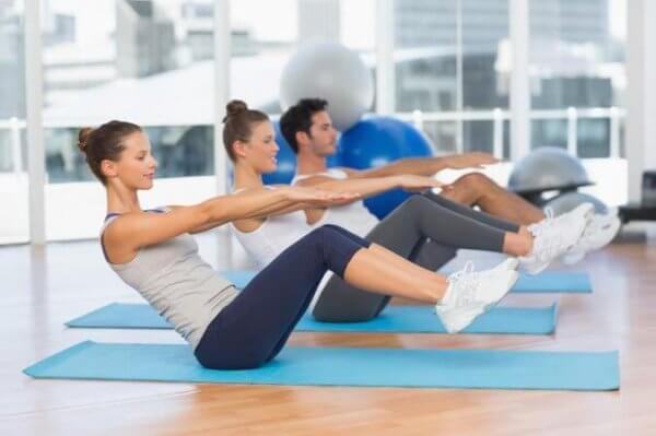 I et treningsstudio gjør pilates.