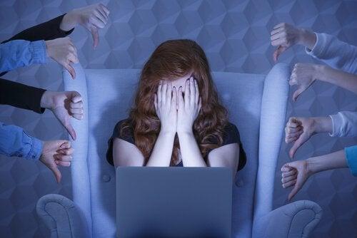 Trist kvinne foran PC får tommel ned