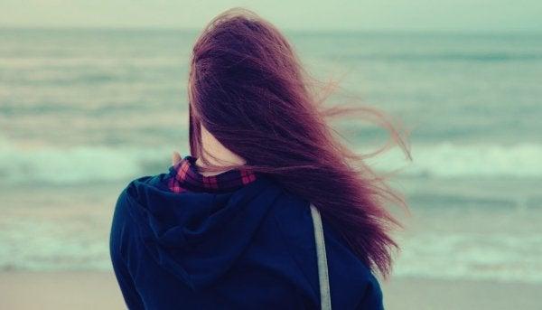 Kvinne ved stranden