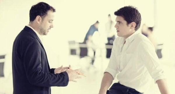 Noen mennesker føler seg mer komfortabel med øyekontakt i en samtale