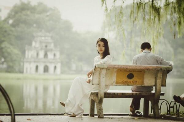 Mann og kvinne på benk
