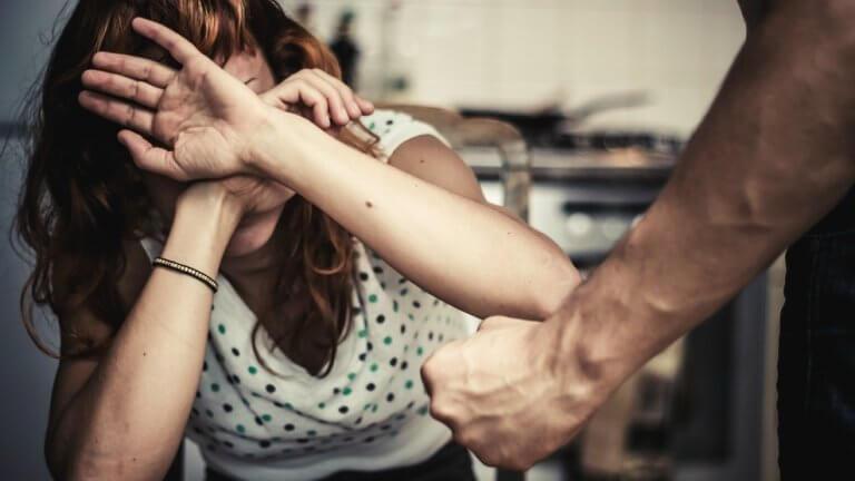 Kvinne blir utsatt for mishandling