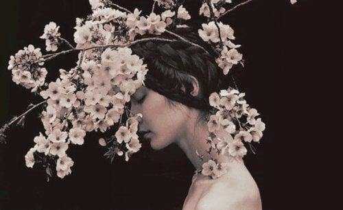 Kvinne med blomster på hodet