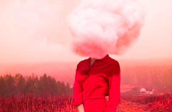 Kvinne med røde klær og sky som hode