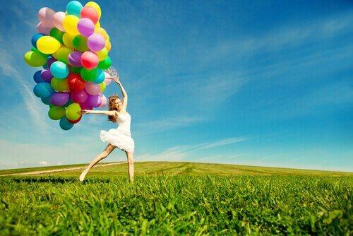 Leken person med ballonger
