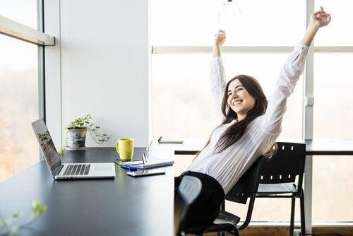 Glad kvinne på jobb