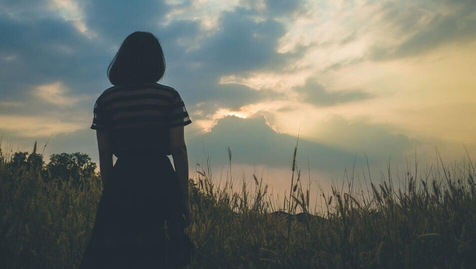 Kvinne på eng alene