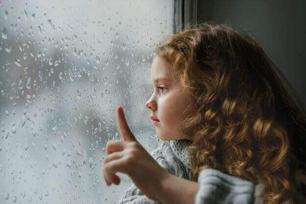 Jente ved vinduet