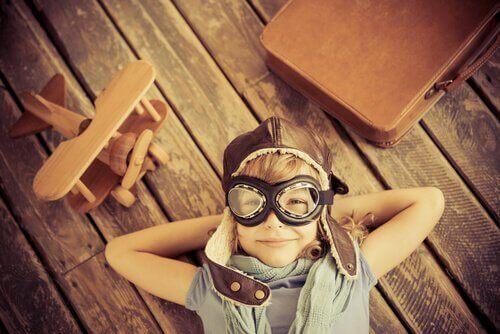 Barn med kreativitet leker pilot