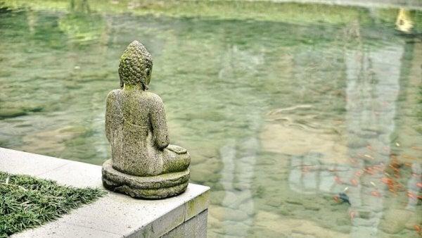 Statue ser over vann