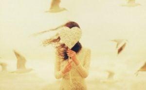 En jente som holder et hjerte