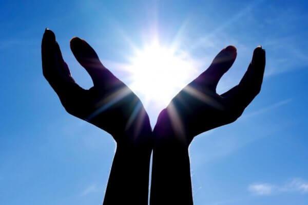 Hender holder solen