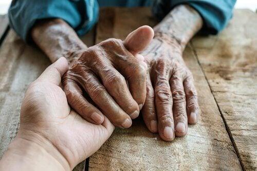 Unge og gamle hender
