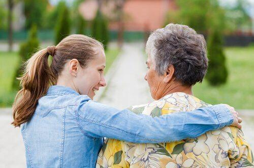 Jente tar vare på eldre kvinne