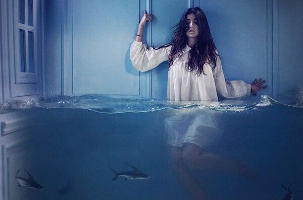 Kvinne i vann med haier