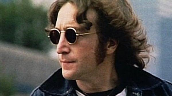 John Lennon med mørke briller.
