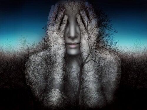 Kvinne dekker for øynene