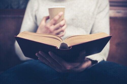 Person leser med kaffe.