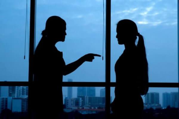 Kvinne skylder på annen kvinne