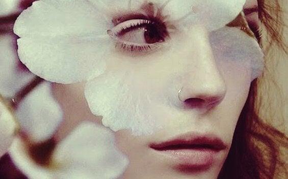 Kvinne med blomsterblad