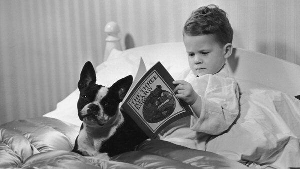 Barn leser før sengetid