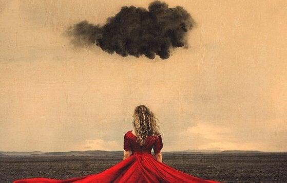 Kvinne under svart sky