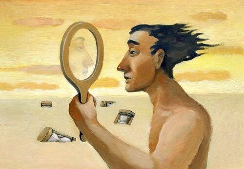 Mann ser seg i et speil i ørkenen