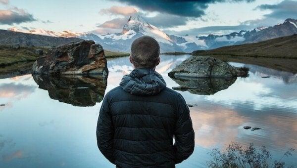 Mann ser på vakker utsikt