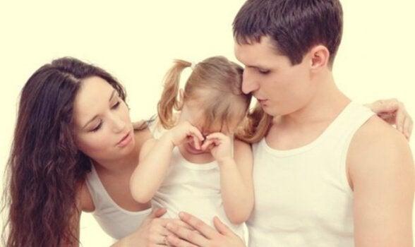 Foreldre og gråtende barn