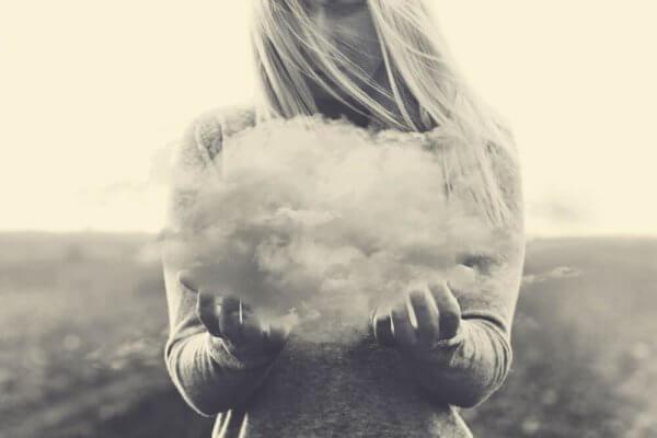 En kvinne som holder en sky