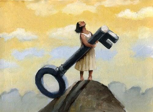 Kvinne som holder en nøkkel på en fjelltopp