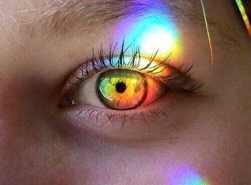Øye med lys i regnbuefarger