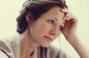 Kvinne ser bekymret ut