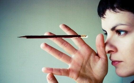 Kvinne med blyant