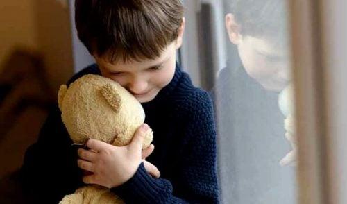 Barn klemmer kosebamse