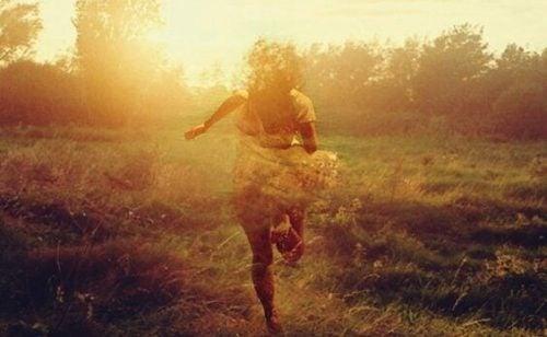Kvinne løper fra vanskelige tider